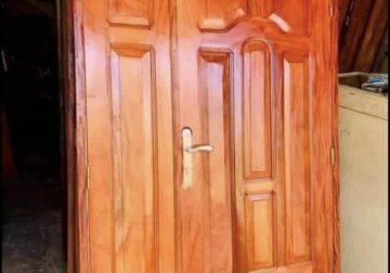 Des portes en bois rouge à vendre